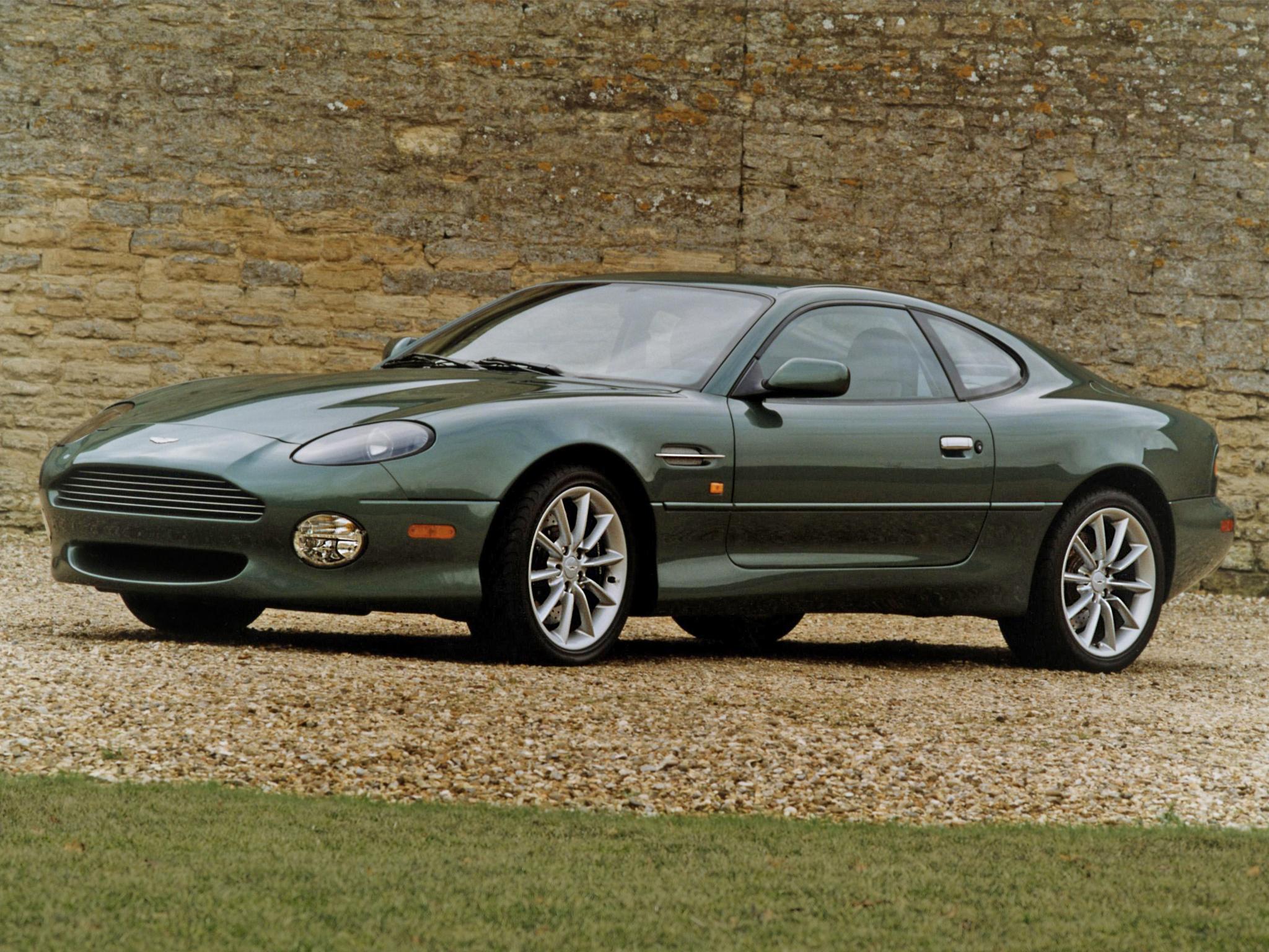 De prachtige vormen van de Aston Martin DB7 Vantage