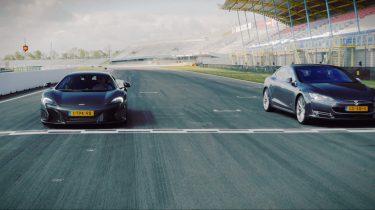 Tesla Model S P85D maakt gehakt van McLaren 650S tijdens stoplichtsprint