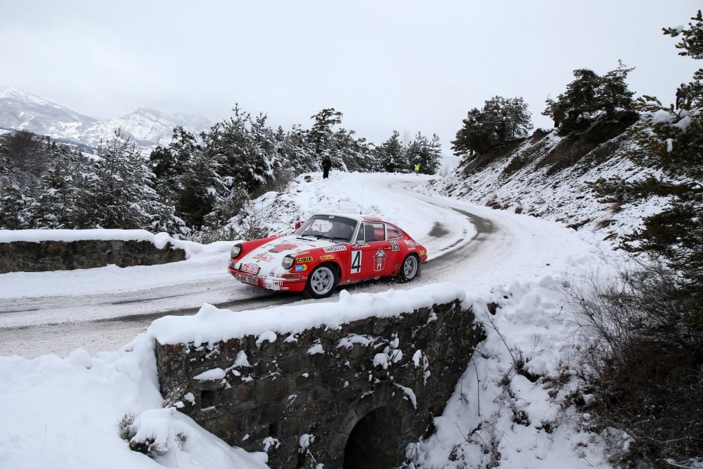 Een Porsche 911 vecht een weg door de sneeuw in de Rallye Monte-Carlo Historique.