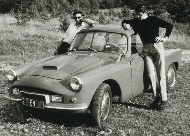 Stoer poseren met de 2CV UMAP. Met recht: het topmodel het maar liefst 26 pk. Foto: Facebook / Deux Chevaux UMAP