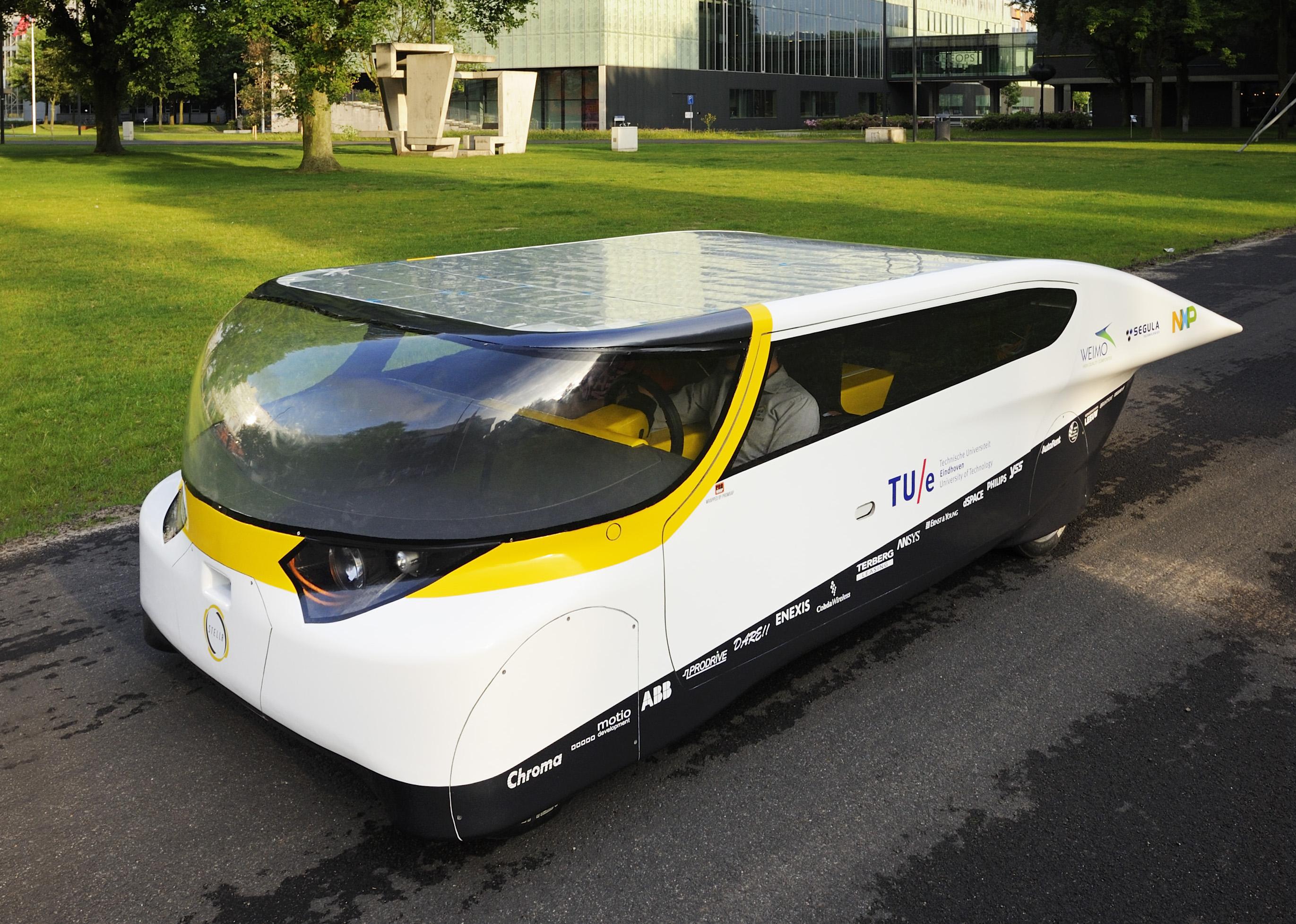 De 'gezinsauto' op zonne-energie van de Technische Universiteit Eindhoven. Foto: Bart van Overbeeke