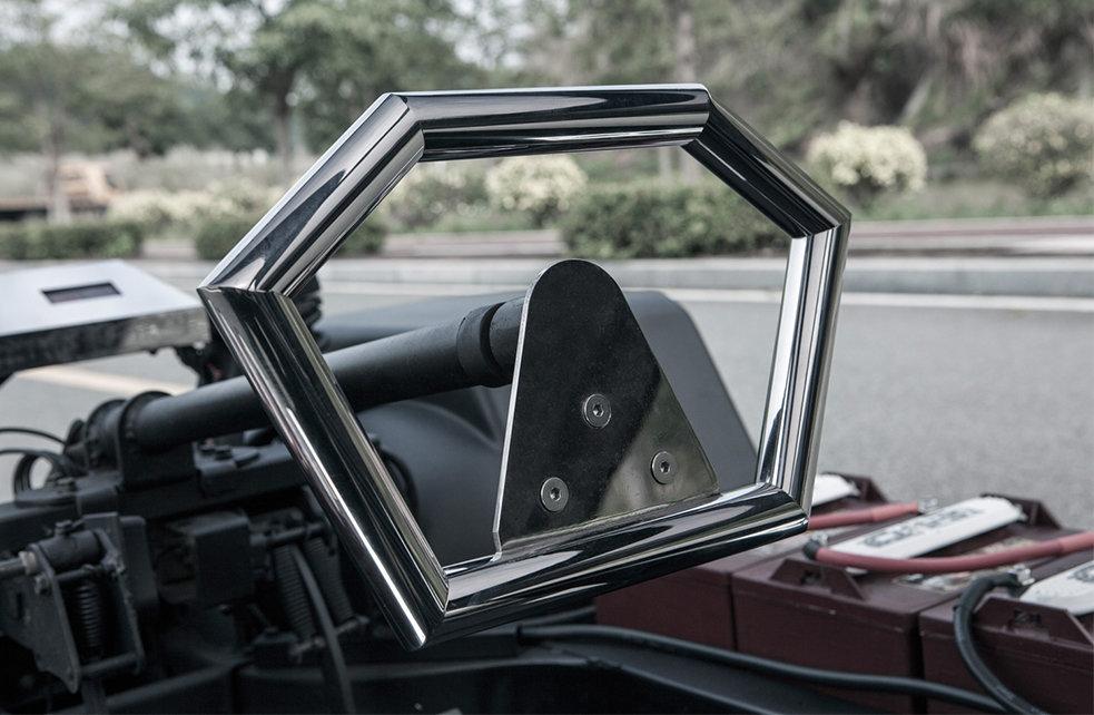 Het stuurwiel van de Lo Res Car is ook minimalistisch, maar niet per se lekker om vast te houden.