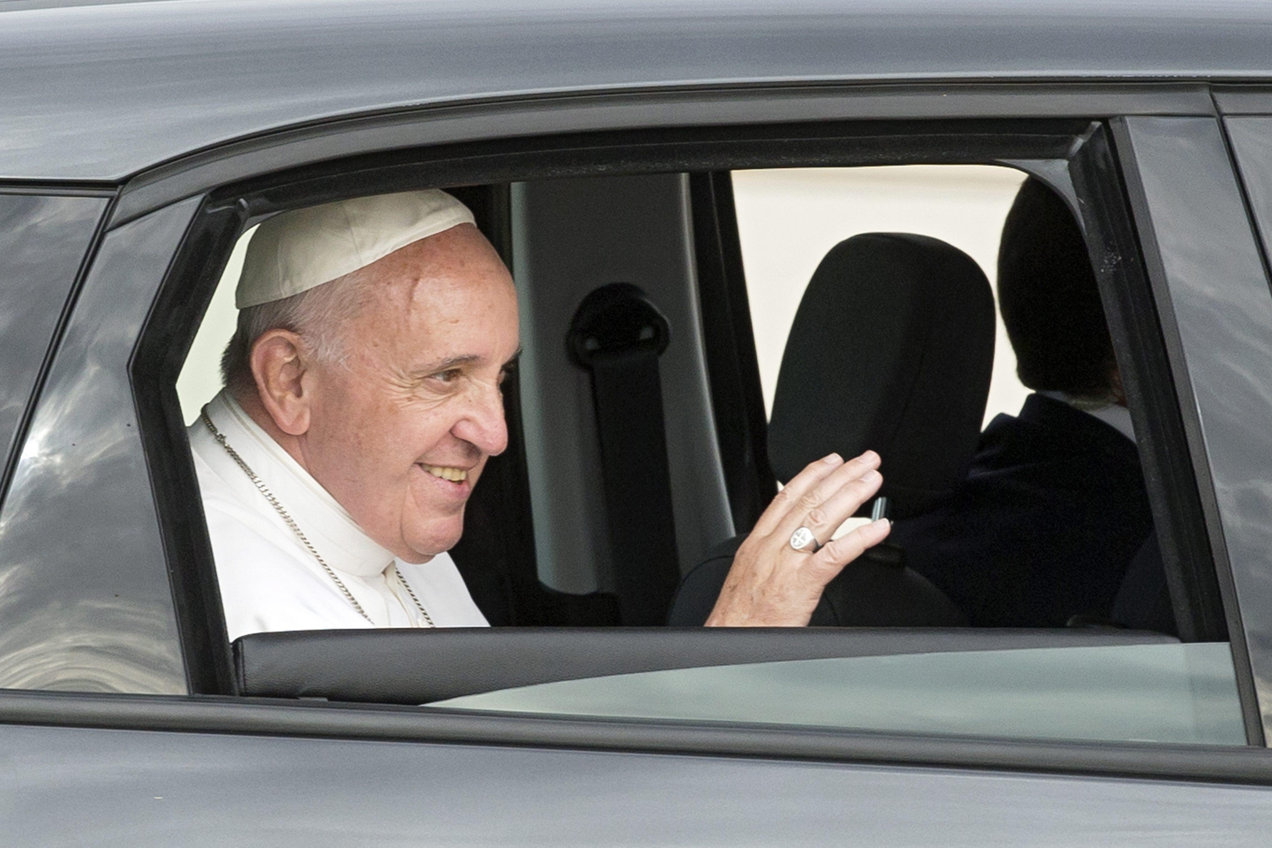 Kogelvrij glas? Nee hoor, gewoon het raam omlaag voor Paus Franciscus. Foto: EPA