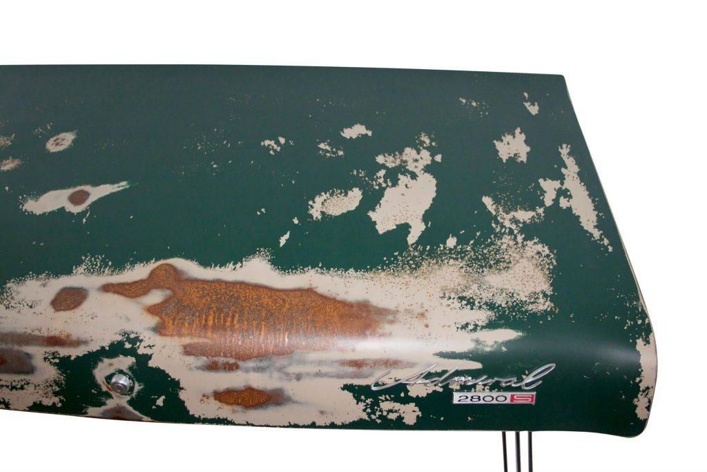 Lekker rustiek, dit bureau gemaakt van de achterklep van een Opel Admiral. Foto: Unibro Design