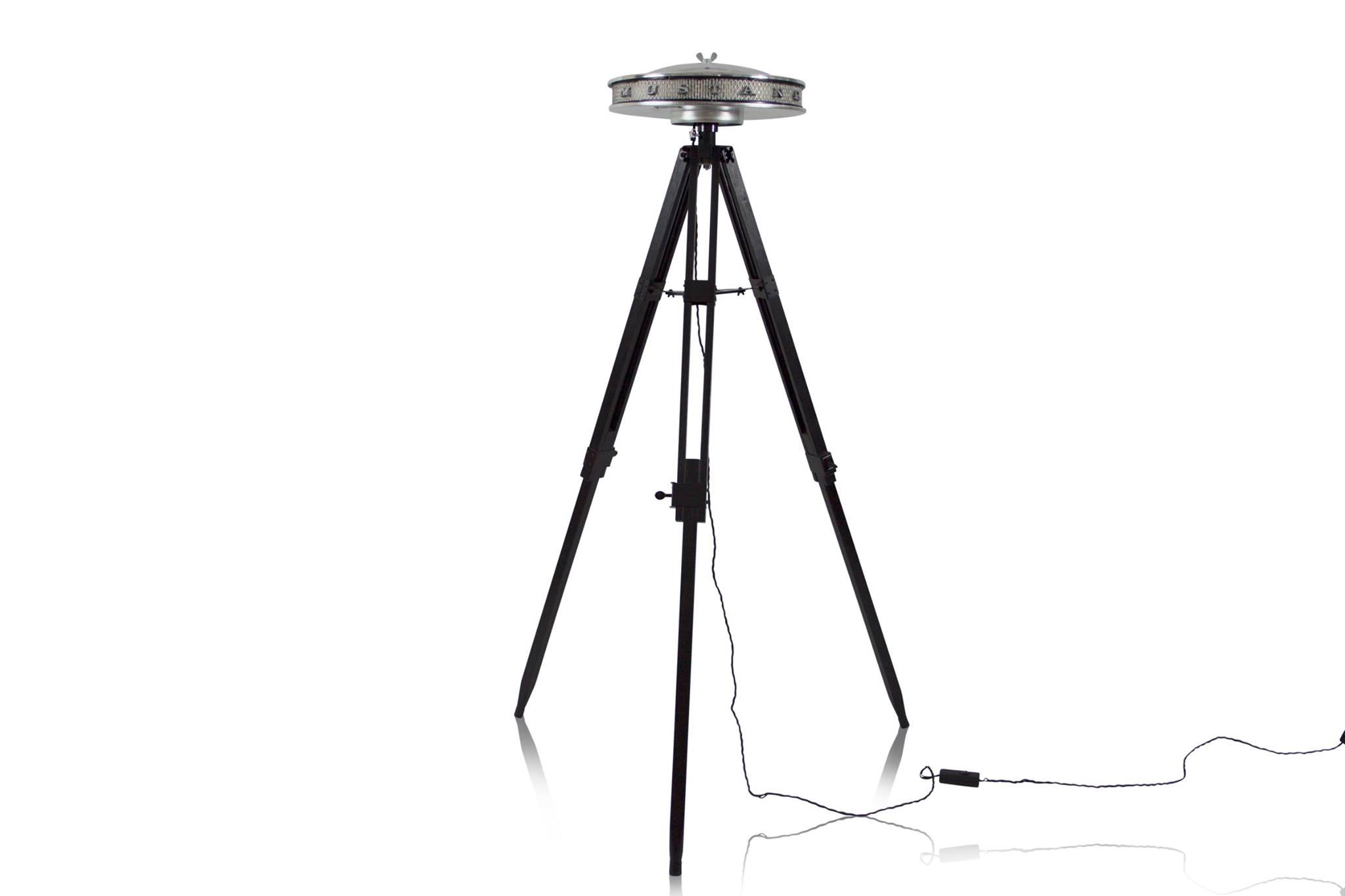 Unibro Design maakte van het luchtfilter van de Mustang uit 1967 deze staande lamp.