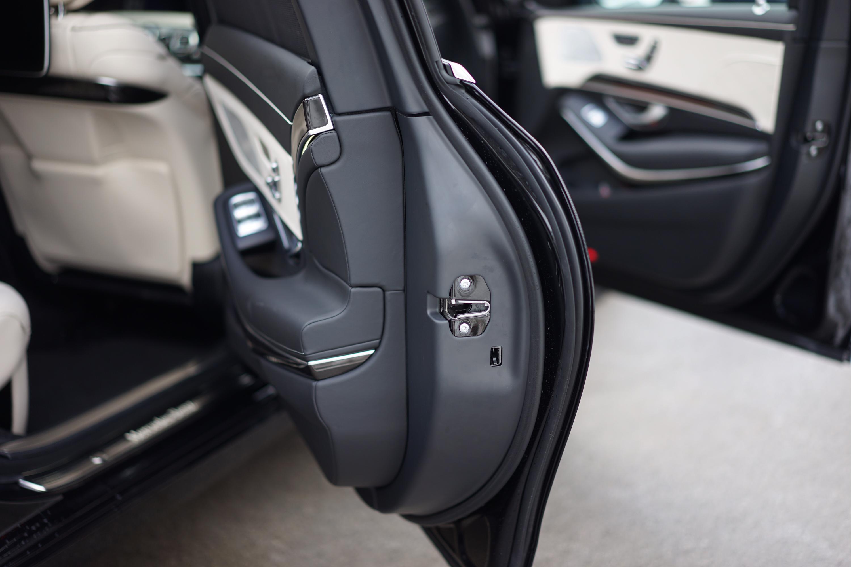 Het achterportier van de Mercedes-Maybach Guard weegt zo'n 250 kg. Foto: Wouter Spanjaart