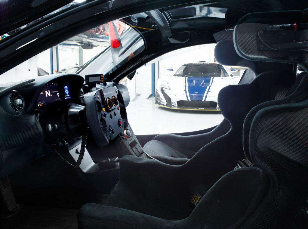 Een stuurwiel geïnspireerd door de Formule 1 en een op maat gemaakte kuipstoel. Foto: McLaren