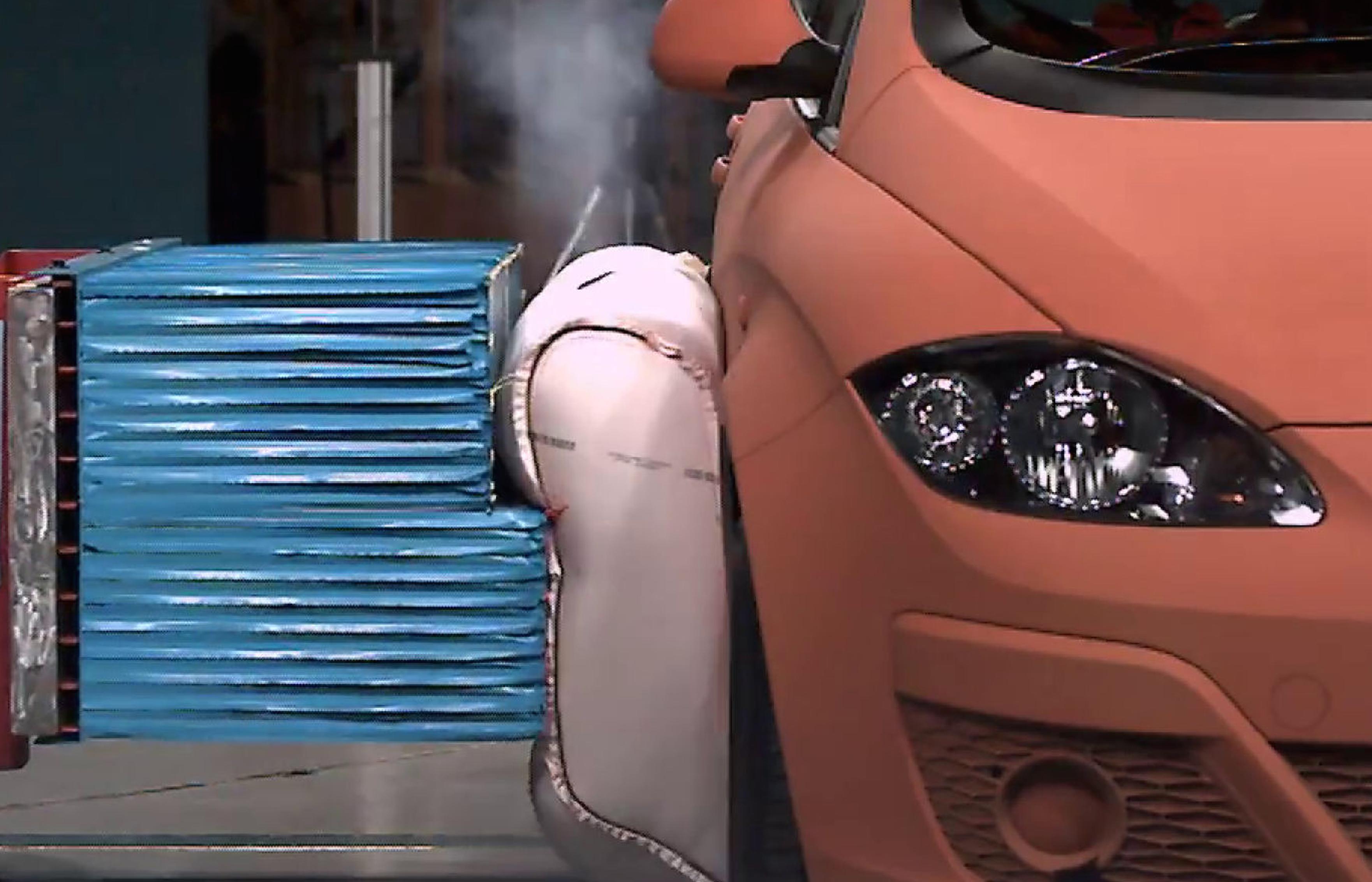 De externe airbag van ZF TRW moet inzittenden verder beschermen tegen een aanrijding van de zijkant. Foto: ZF TRW