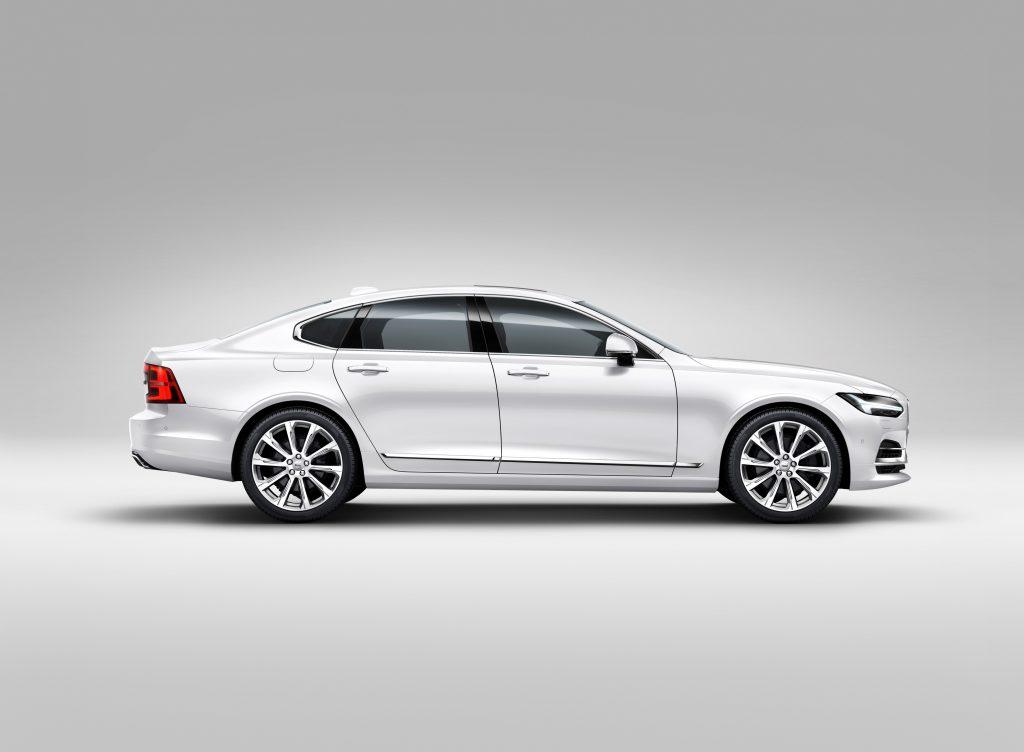 Het zijaanzicht van de Volvo S90. Let op de overhang achter.