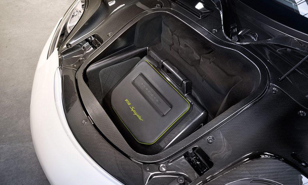 Ruim is anders. In de kofferruimte van de Porsche 918 Spyder past precies deze trolley.