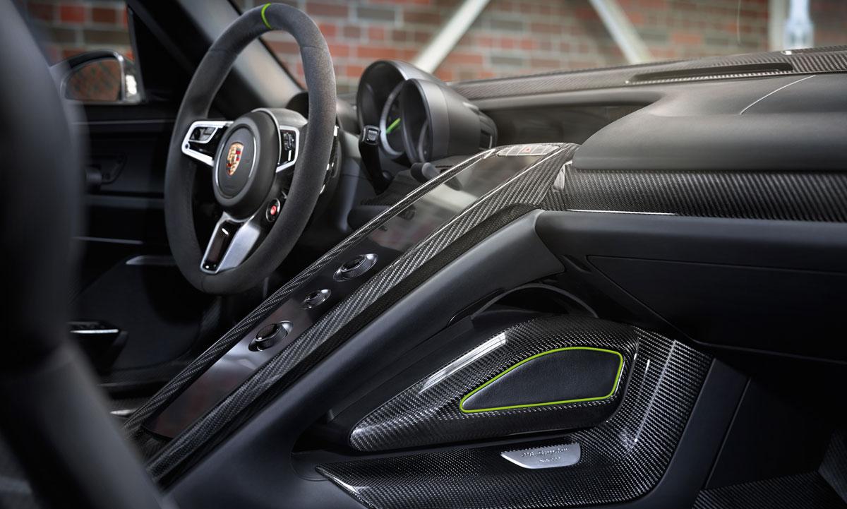 Zo zit de tas bij de Porsche 918 Spyder onder het dashboard.