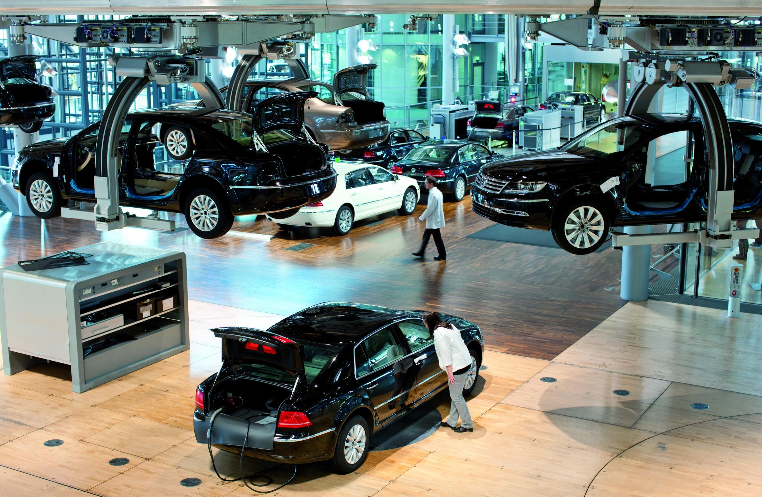 Witte jassen, houten vloeren een heel veel glas. De fabriek in Dresden wordt gezien als een van VW's mooiste productiefaciliteiten.