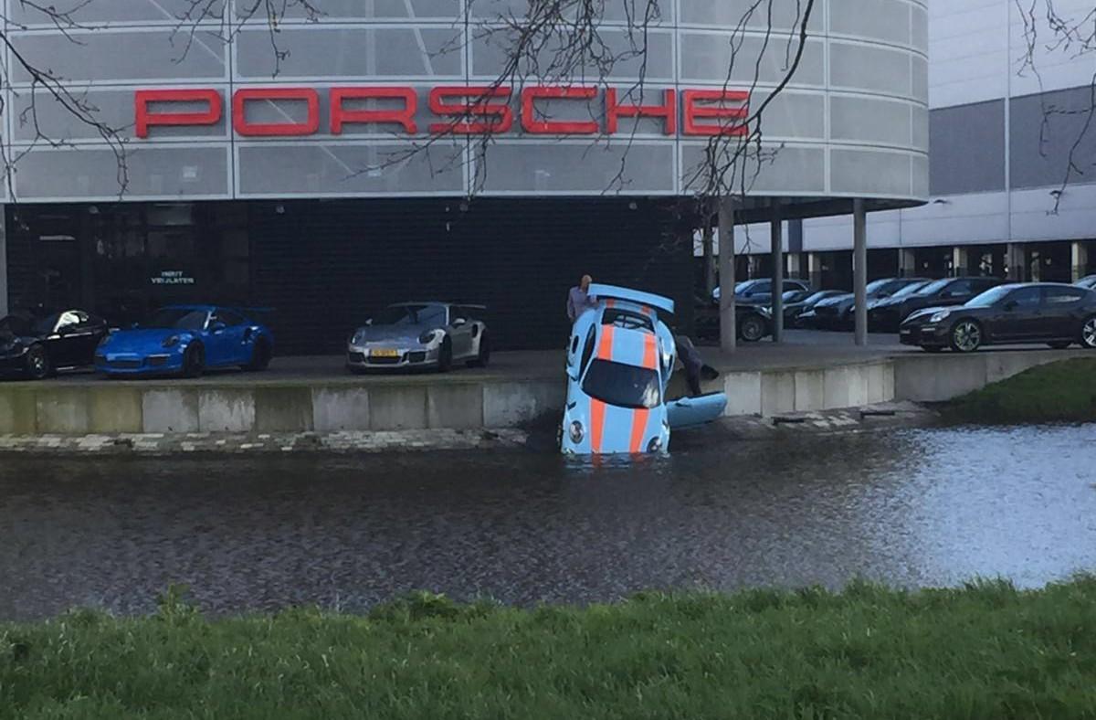 Porsche 911 GT3 in water bij Porsche Amsterdam. Foto: RS Porsche Magazine