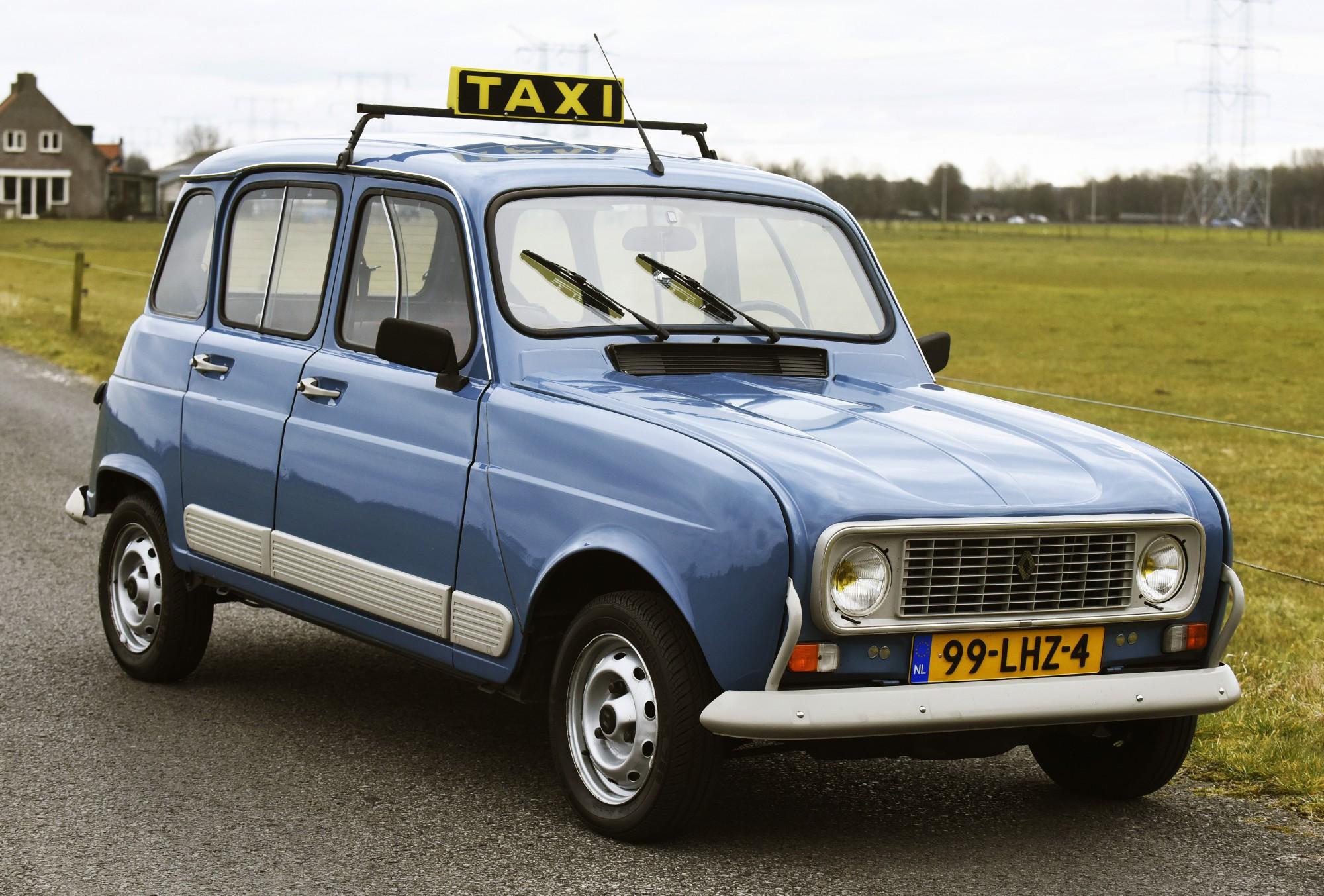 Tilburg Rik Bruggeman met de Renault 4 , 00022291A