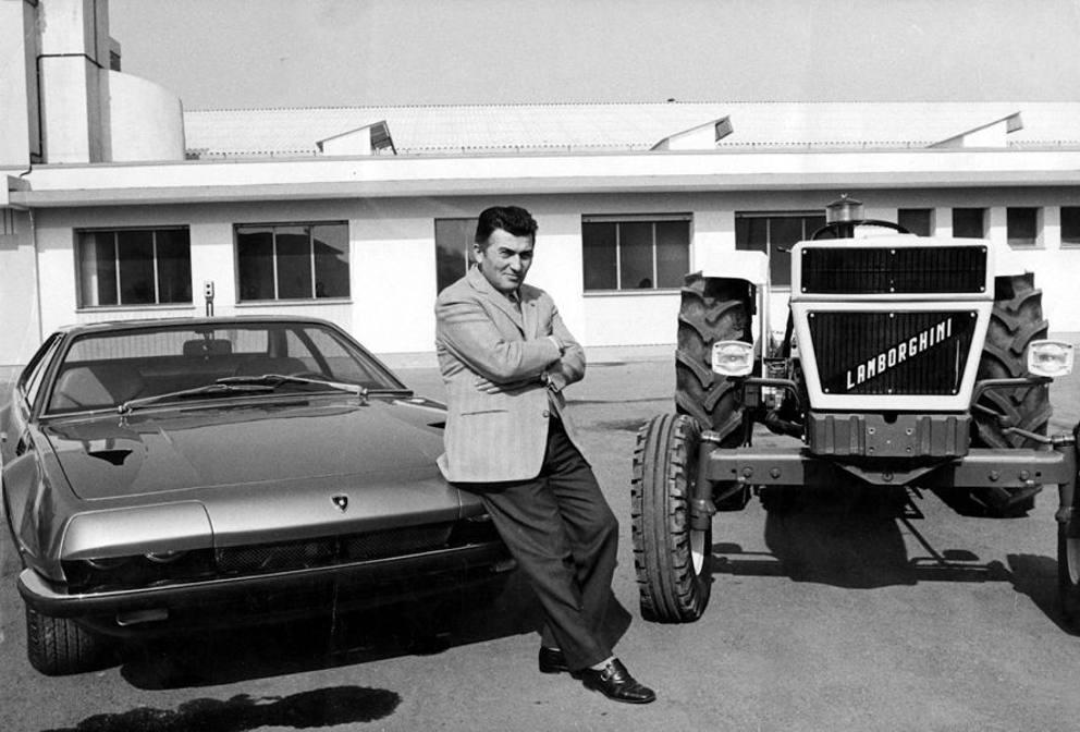 Ferruccio Lamborghini naast twee van zijn producten. Foto: Lamborghini