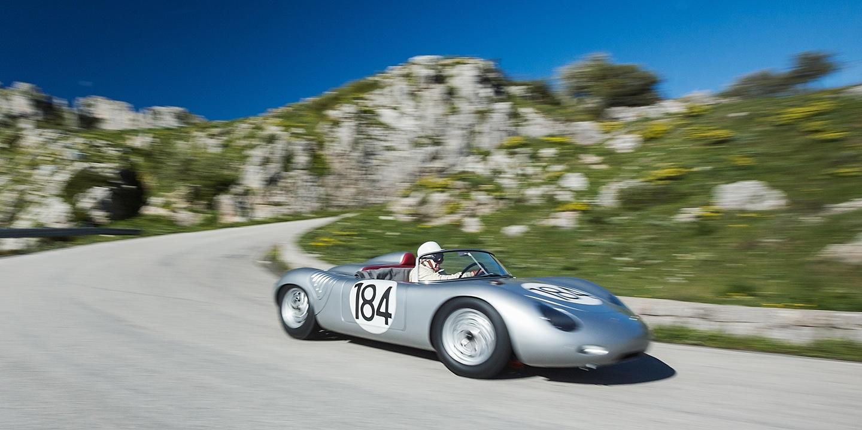 Porsche 718 met Derek Bell