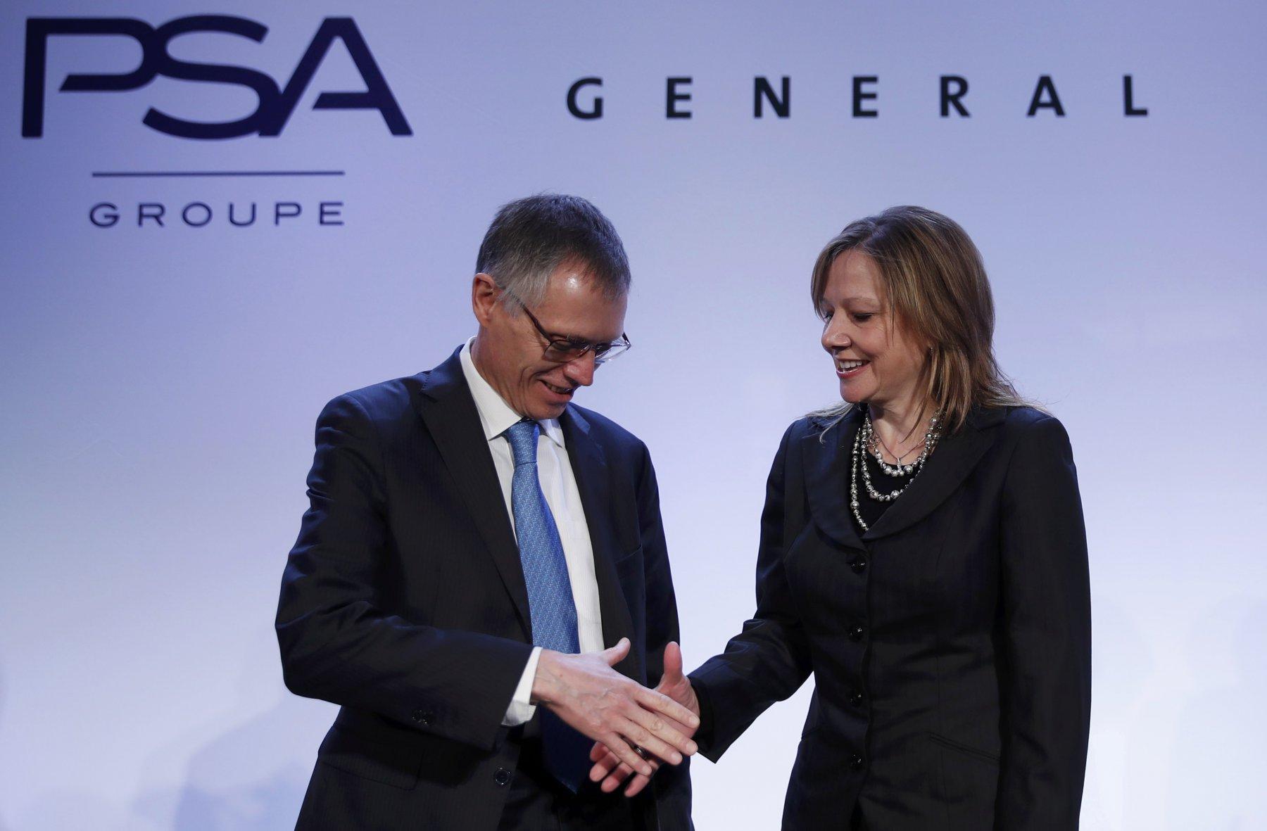 PSA-topman Carlos Tavares en General Motors-directeur Mary Barra. Fotocredit: Reuters / Christian Hartmann