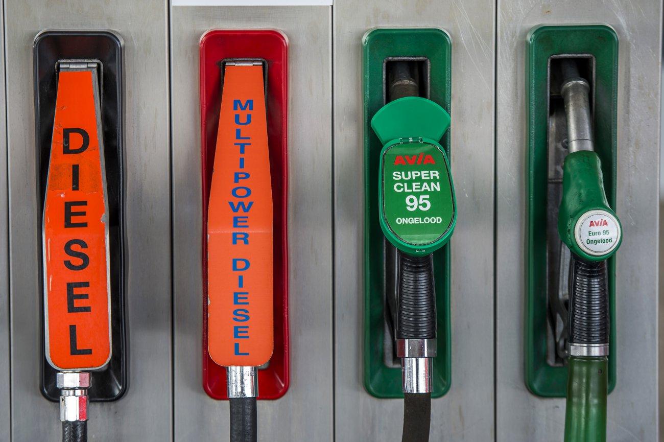 Stock; tanken; benzine; diesel; brandstof; benzineprijs; olieprijs; olie; tankstation; korting; accijns; grensstreek; tanken over de grens; pomp; onbemand; onbemande pomp; Firezone; Tango; Esso; Total; Shell; BP; Texaco; Tinq; AVIA; wegenbelasting; OPEC;