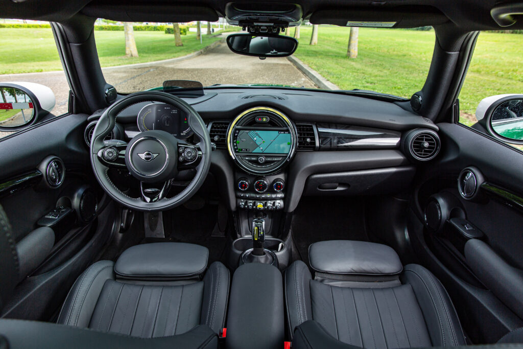 Honda e vs. Mini Electric dash mini