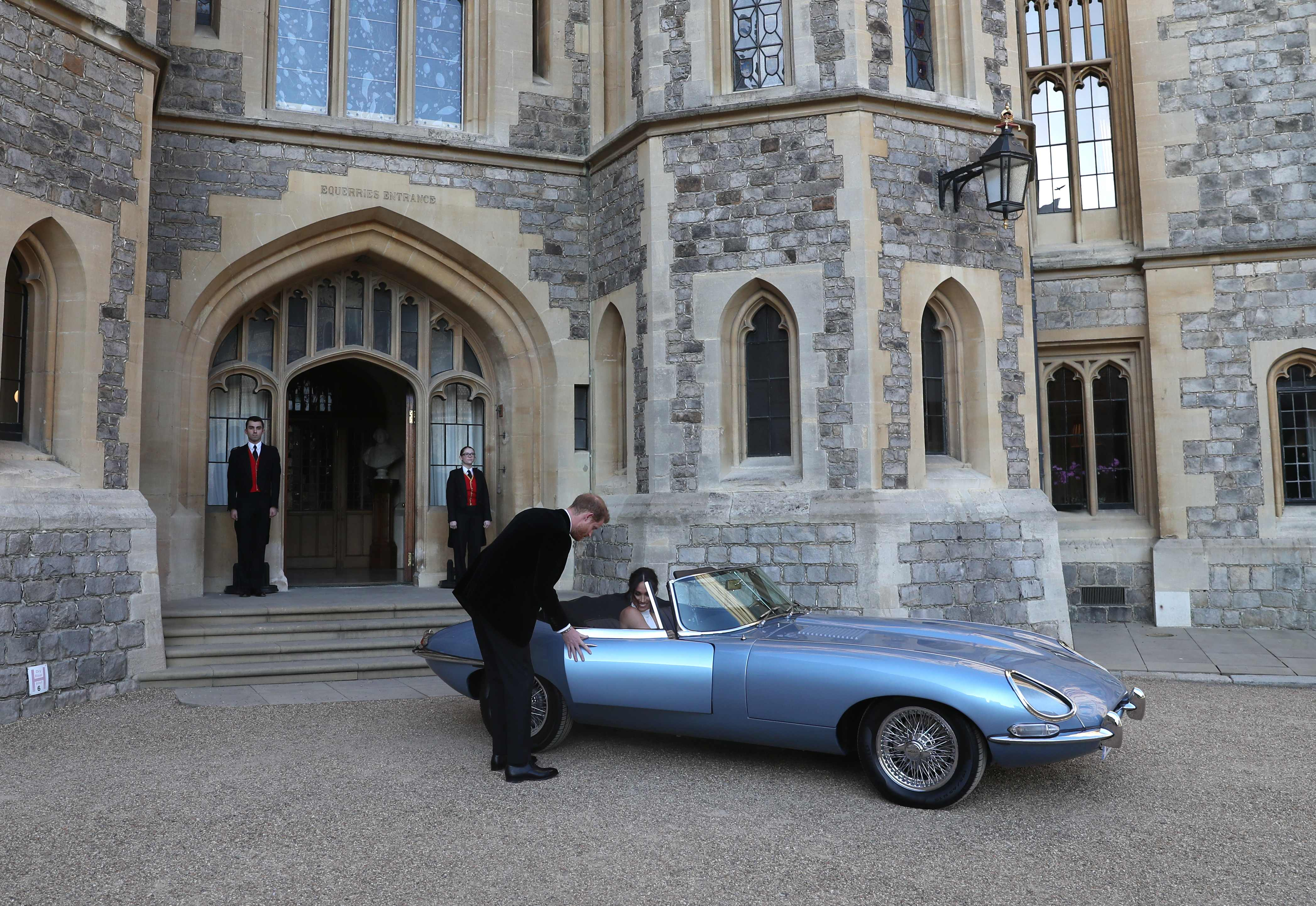 Prins Harry, Duke of Sussex, en Meghan Markle, Duchess of Sussex, bij Windsor Castle in Windsor in een Jaguar E-Type (AFP)