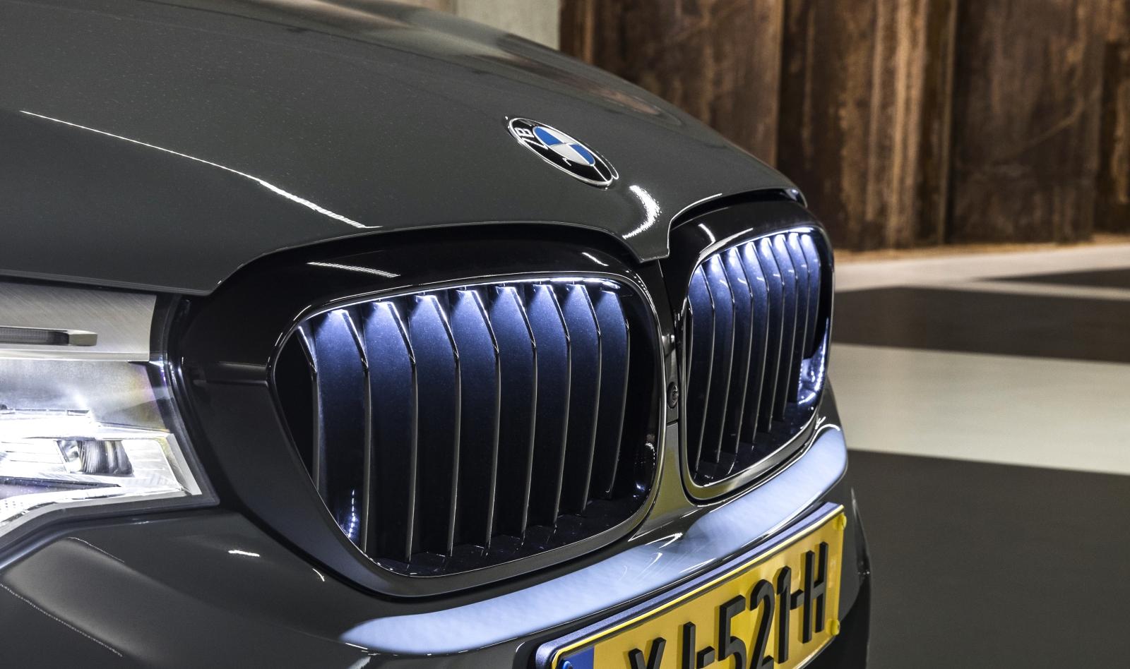 BMW Grille Iconic Glow  - BMW 540i