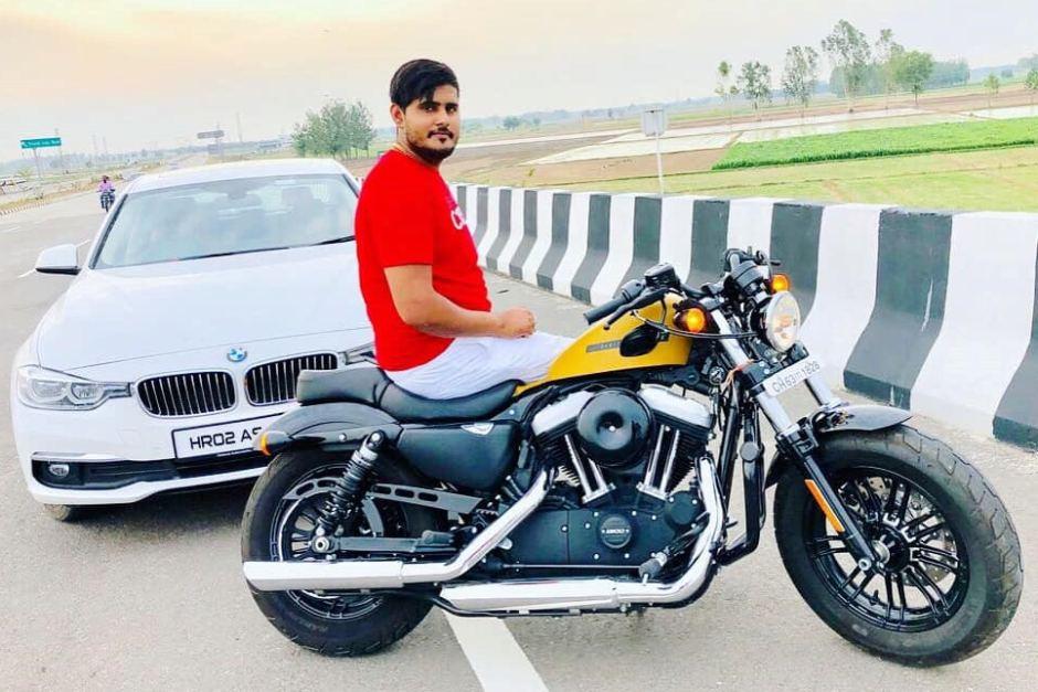 Akash met zijn BMW