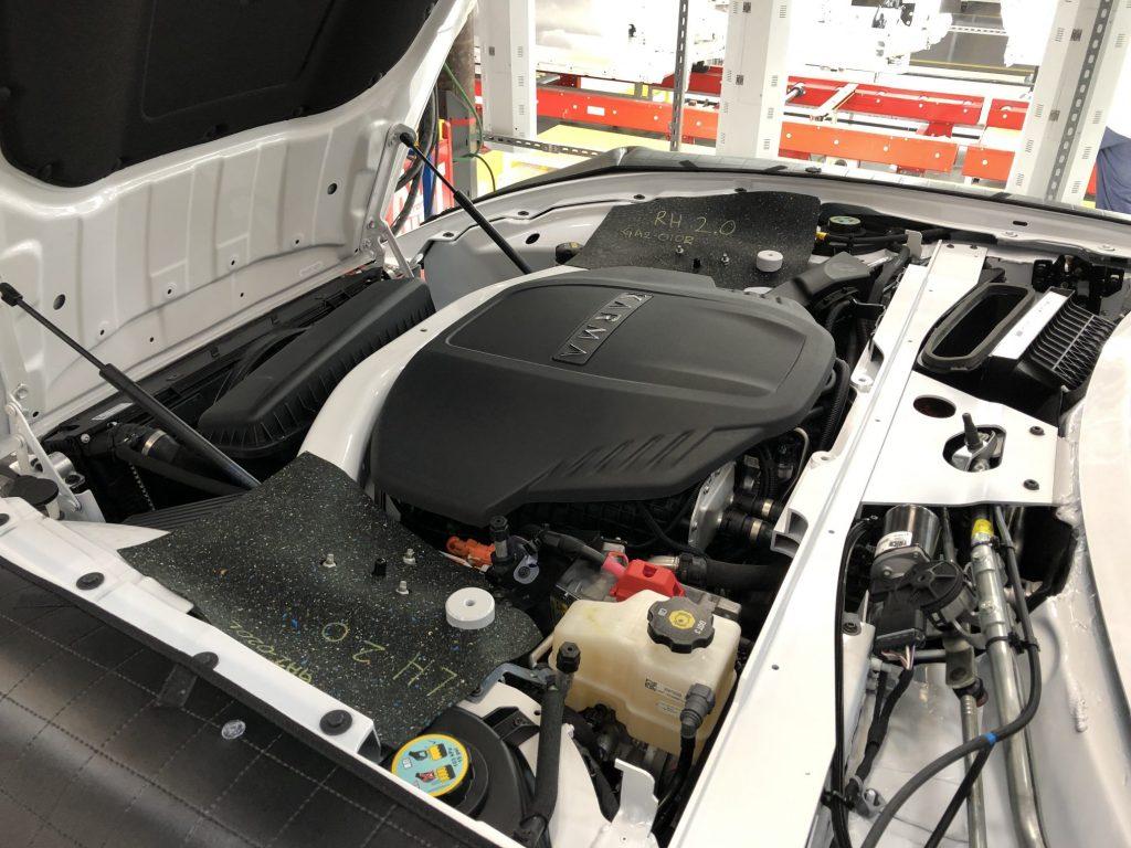 Voorin hangt een GM-motor. Het BMW-blok dat later beschikbaar komt heeft een cilinder minder en is derhalve kleiner.