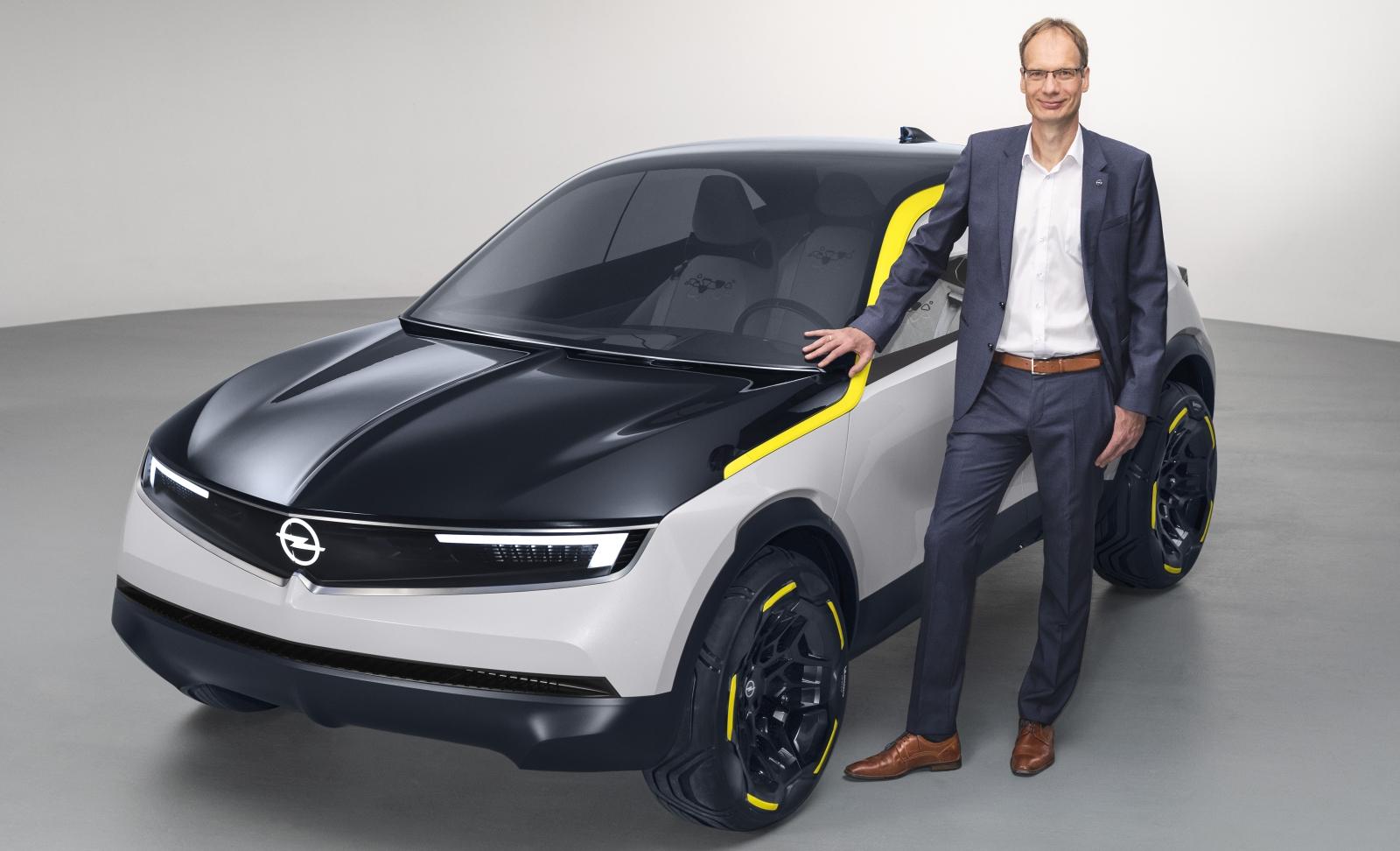 Opel CEO Michael Lohscheller naast de GT X Experimental