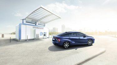 Toyota Mirai bij waterstoftankstatio